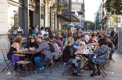 МАДРИД, ИСПАНИЯ - 11-ое ноября: Одна из центральных улиц, малое кафе 11-ого ноября 2015 в Мадриде, Испании Стоковое фото RF