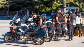 МАДРИД, ИСПАНИЯ - 26-ОЕ СЕНТЯБРЯ 2017: Полиция патрулирует в Мадриде на мотоциклах Скопируйте космос для текста Стоковые Изображения RF