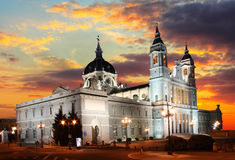 Мадрид на заходе солнца - Ла Реальн de Ла Almudena Santa Maria стоковые изображения rf