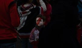 МАДРИД, 9-ОЕ ДЕКАБРЯ - вентилятор ребенк плиты реки с его стороной покрашенной, в выпускных экзаменах Copa Libertadores на стадио стоковое фото rf