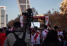 МАДРИД, 9-ОЕ ДЕКАБРЯ - оператор записывает вентиляторы плиты реки перед башнями Kio, в выпускных экзаменах Copa Libertadores на стоковые фотографии rf