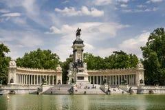 МАДРИД - 13-ОЕ МАЯ: Люди наслаждаются парком Buen Retiro 13-ого мая 2009 в Мадриде, Испании Парк Buen Retiro занимает 1,4 km2 сам Стоковая Фотография