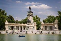 МАДРИД - 13-ОЕ МАЯ: Люди наслаждаются парком Buen Retiro 13-ого мая 2009 в Мадриде, Испании Парк Buen Retiro занимает 1,4 km2 сам Стоковые Фото