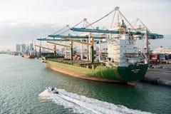 Майами, США - 18-ое марта 2016: грузовой корабль с кранами в морском порте Морской порт или стержень контейнера Доставка, перевоз Стоковые Изображения
