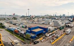 Майами, США - 22-ое ноября 2015: морской порт или стержень с стогами грузового контейнера, тележками на облачном небе shipping стоковое изображение