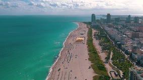 МАЙАМИ, ФЛОРИДА, США - МАЙ 2019: Воздушный полет взгляда панорамы трутня над Miami Beach Южные песок и море пляжа сверху видеоматериал
