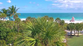 МАЙАМИ, ФЛОРИДА, США - МАЙ 2019: Воздушный полет взгляда панорамы трутня над Miami Beach Песок, пальмы и море сверху сток-видео