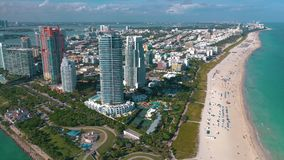 МАЙАМИ, ФЛОРИДА, США - МАЙ 2019: Воздушный полет взгляда панорамы трутня над Miami Beach Южные песок и море пляжа сверху сток-видео