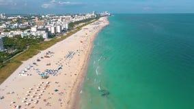 Майами, Флорида, США - май 2019: Воздушный полет взгляда панорамы трутня над Miami Beach Южные песок и море пляжа сверху акции видеоматериалы