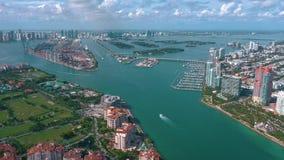 МАЙАМИ, ФЛОРИДА, США - МАЙ 2019: Воздушный полет взгляда трутня над Miami Beach Южный остров пляжа и Fisher сверху сток-видео