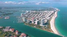 МАЙАМИ, ФЛОРИДА, США - МАЙ 2019: Воздушный полет взгляда трутня над Miami Beach Южный остров пляжа и Fisher сверху видеоматериал
