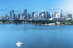 Майами FL, взгляд дня США городского Майами от Miami Beach стоковое фото