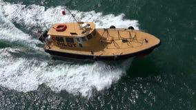 МАЙАМИ, FLORIDA-USA МАЙ 2016 Пилотная шлюпка наряду туристического судна из порта Майами 4K сток-видео