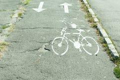 Майна велосипеда на старом асфальте с знаком и стрелками Стоковые Фото