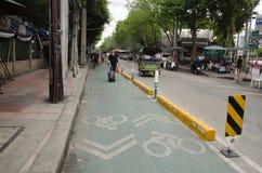 Майна велосипеда на дороге с идти и движением людей на болтовне Стоковое Фото