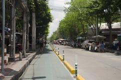 Майна велосипеда на дороге с идти и движением людей на дороге рынка Chatuchak Стоковое фото RF