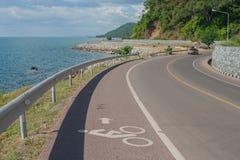 Майна велосипеда с точкой зрения Seascape дороги вдоль моря на заливе Kung Wiman в провинции Chanthaburi Стоковое фото RF