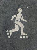 Майна кататься на коньках ролика на пути велосипеда стоковая фотография rf