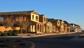 Майна совершенно новых домов под конструкцией стоковые изображения