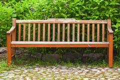 Майна стоек деревянной скамьи близко идя Стоковое Изображение RF