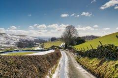Майна страны водя через снег распылила обрабатываемую землю Стоковое Изображение