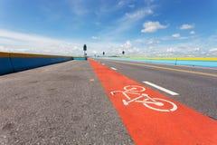 Майны велосипеда на дороге асфальта с символом велосипеда на улице Стоковое Изображение RF