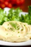 Майонез на плите с зеленым салатом стоковые изображения rf