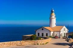 Майорка, маяк на красивом побережье Cala Ratjada стоковая фотография