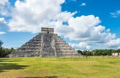 Майяская пирамида Chichen Itza в Мексике на зеленой траве Стоковое Изображение RF