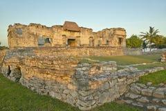 Майяские руины Ruinas de Tulum (руин Tulum) в Quintana Roo, Мексике в полуострове Юкатан, Мексике на заходе солнца Стоковые Изображения RF
