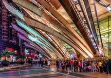 Макао, Китай: Большие гостиница и казино Лиссабона в Макао имеют современный дизайн Внешний взгляд ночи с архитектурноакустически стоковые изображения rf