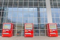 Макао, Китай - 22-ое апреля 2018 - торговые автоматы кока-колы на мамах стоковое изображение rf