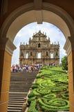 Макао, Китай - 1-ое июня 2015: Туристы фотографируют на Стоковое Фото