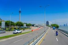 МАКАО, КИТАЙ 11-ОЕ МАЯ 2017: Известное roadtrip с башней Макао позади, городское ladscape около реки в Макао Азии Стоковые Фотографии RF