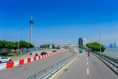 МАКАО, КИТАЙ 11-ОЕ МАЯ 2017: Известное roadtrip с башней Макао позади, городское ladscape около реки в Макао Азии Стоковое фото RF