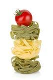 Макаронные изделия гнездя Fettuccine с вишней томата Стоковые Изображения RF