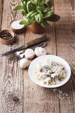 Макаронные изделия гриба с сметанообразным соусом пармезана Стоковые Фото