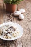Макаронные изделия гриба с сметанообразным соусом пармезана Стоковая Фотография