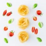 Макаронные изделия и ингридиенты на белой предпосылке от взгляд сверху итальянско стоковое фото