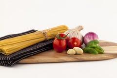 Макаронные изделия и томаты итальянской кухни стоковые изображения
