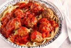 Макаронные изделия и фрикадельки спагетти с соусом стоковое фото