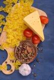 Макаронные изделия крупного плана, сыр, томаты, специи Стоковое Фото