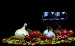 макаронные изделия лука стекел перчат сырцовое красное вино Стоковые Изображения