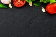 Макаронные изделия, овощи, травы и специи для итальянской еды на черном ба Стоковые Фото