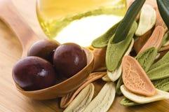 макаронные изделия оливок масла черной ветви свежие Стоковые Изображения