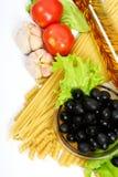 макаронные изделия оливок черного масла бутылки прованские Стоковые Фото