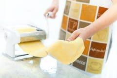 макаронные изделия подготовляя женщину Стоковая Фотография