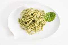 Макаронные изделия спагетти с соусом песто в белом блюде в форме пузыря болтовни, на белой предпосылке Стоковые Изображения RF