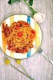 Макаронные изделия спагетти с томатным соусом на деревянной предпосылке взгляд сверху плиты стоковые изображения