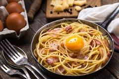 Макаронные изделия с беконом, яичком и сыром Стоковое Изображение RF